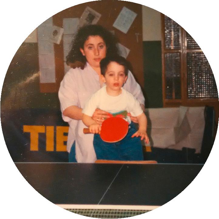 Con su madre, Myriam, Jorge comenzaba a dar sus primeros golpes a la bola