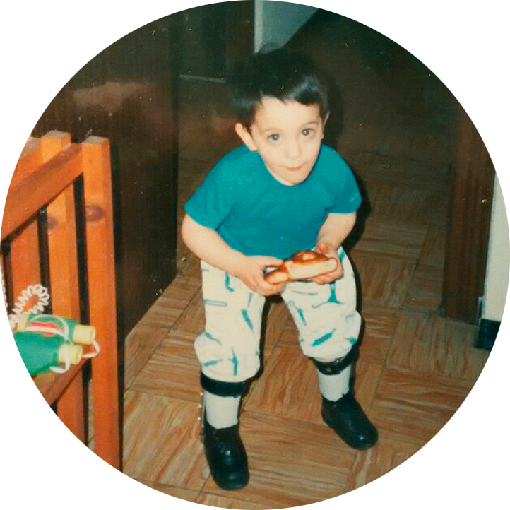 Jorge Cardona con apenas 3 años. La pala ya estaba entre sus juguetes....